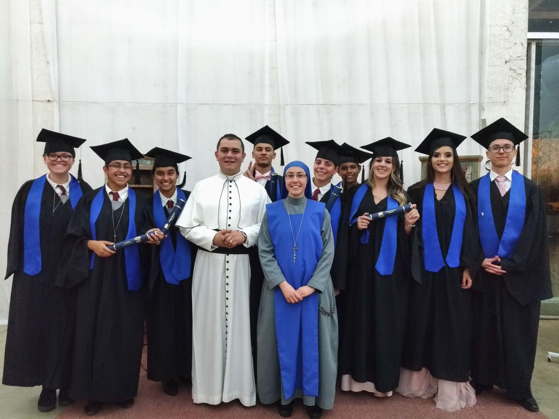 Os Diretores do Colégio Diocesano Paulo VI e os formandos da 3ª série do Ensino Médio
