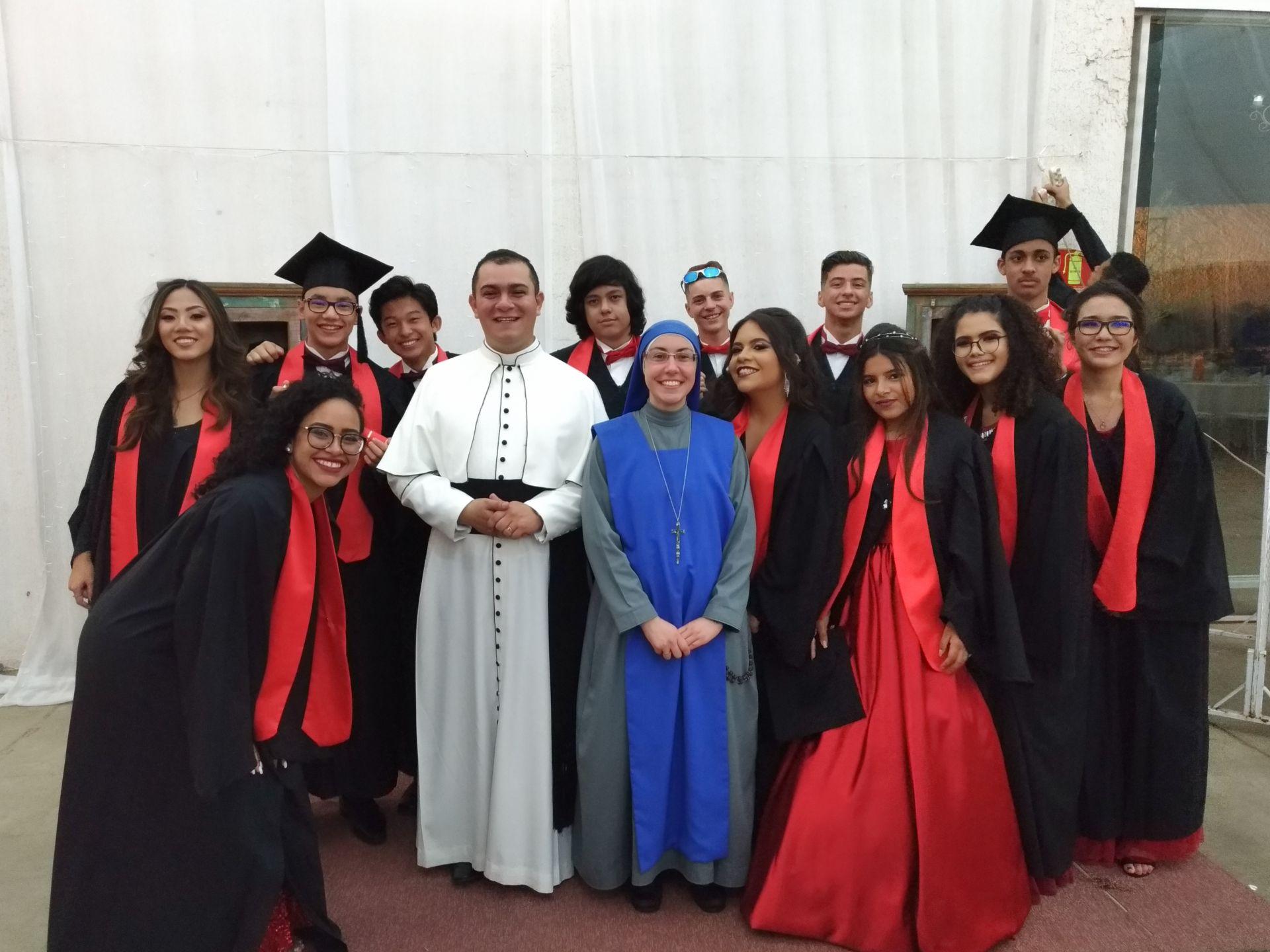 Os Diretores do Colégio Diocesano Paulo VI e os formandos do 9º ano do Ensino Fundamental II